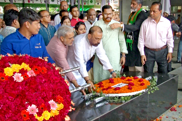 VC and Chairman paid tribute with flowers